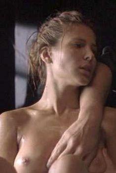 Голая Эльза Патаки в фильме «Ромасанта: Охота на оборотня», 2004
