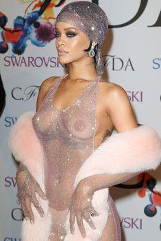 Голые сиськи Рианны в просвечивающем платье на CFDA Fashion Awards, 2014