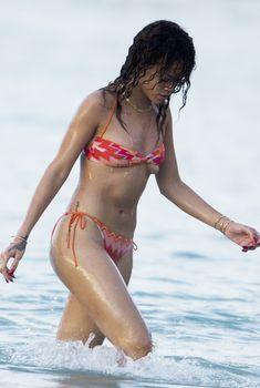 Горячая Рианна в купальнике в Барбадосе, 29.12.2011