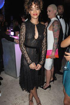 У Рианны видно голую грудь через платье на вечеринке, 31.12.202