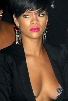 Рианна с наклейками на груди, 2009