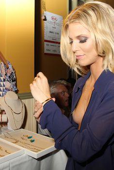 АннаЛинн МакКорд случайно засветила грудь на кинофестивале, 2016