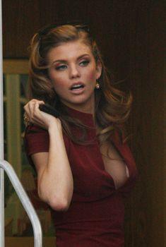 Глубокое декольте АнныЛинн МакКорд на съемках «90210: Новое поколение», Ноябрь 2011