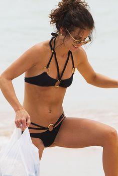 АннаЛинн МакКорд черном бикини на пляже в Сиднее, Январь 2014