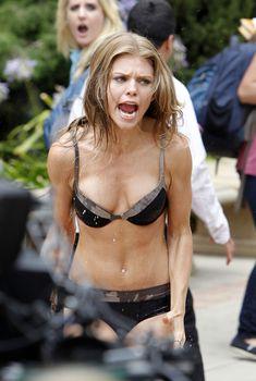 Сексуальная фигура АнныЛинн МакКорд в купальнике на съемках, Июль 2011