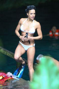 Секси Мишель Родригес в белом бикини в Мексике, Декабрь 2014