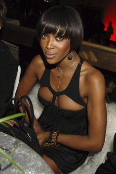 Наоми Кэмпбелл в откровенном наряде на вечеринке, Январь 2007
