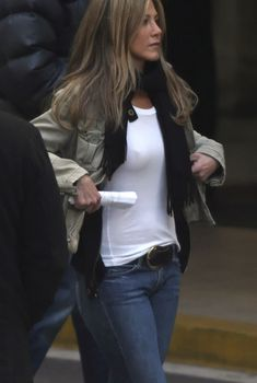 Дженнифер Энистон без лифчика в белой майке