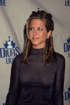 У Дженнифер Энистон торчат соски через лифчик, 1998