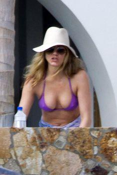 Аппетитная грудь Дженнифер Энистон на отдыхе в Мексике, 25.11.2010