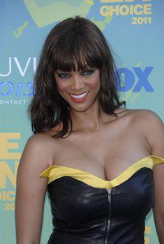 Пышный бюст Тайры Бэнкс на премии Teen Choice Awards, 2011