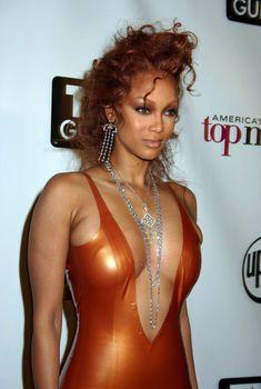 Открытое декольте Тайры Бэнкс на America's Next Top Model Season 2, 23.03.2004