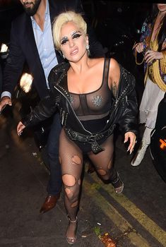 Леди Гага с наклейками на сосках и в колготах с дырками, 2015