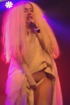 Леди Гага стянула трусики на сцене, Март 2014