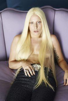 Леди Гага с голой грудью на диване, 2011