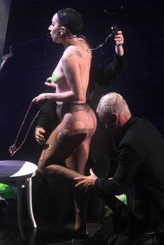 Бесстыжая Леди Гага переодевается на сцене, Май 2014