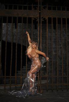 Леди Гага обнажила грудь для промо концертного тура, 2012