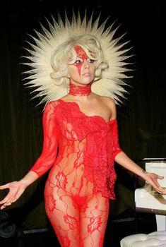 Леди Гага в прозрачном красном наряде, Сентябрь 2009
