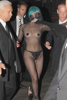 Полуголая Леди Гага с заклеенными сосками на CFDA Fashion Awards, 2011