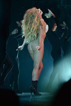 Сочная попа Леди Гага в стрингах на сцене, 2013