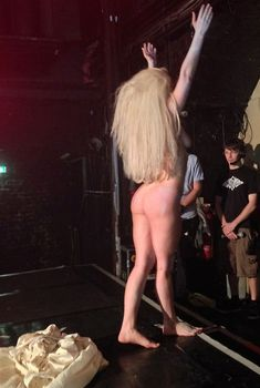 Голая задница Леди Гаги на сцене клуба, 2013