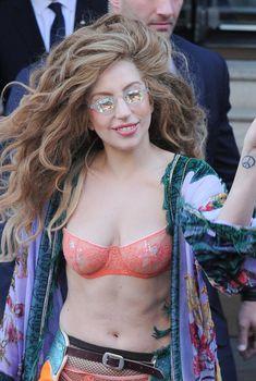 Леди Гага в бюстгальтере на улице, 2013