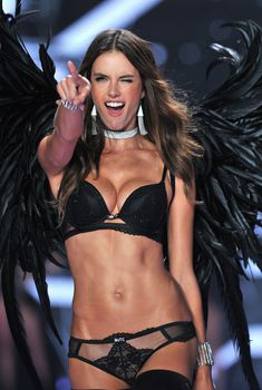 Алессандра Амбросио в нижнем белье на подиуме для Victoria's Secret, 02.12.2014