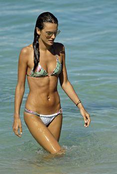 Алессандра Амбросио в бикини на пляже Сен-Бартельми, 22.01.2009