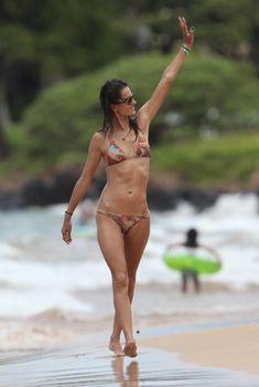 Сексуальная фигура Алессандры Амбросио в купальнике на Гавайях, 08.08.2011