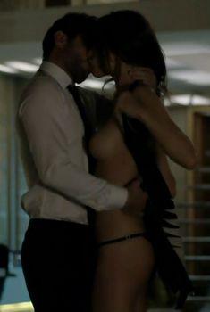 Алессандра Амбросио показала грудь в сериале «Тайные истины», 2015