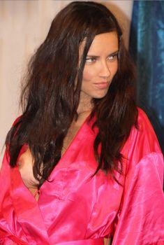 Случайный засвет Адрианы Лимы на показе Victoria's Secret, 2011