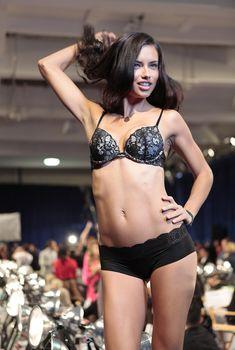 Горячая Адриана Лима в нижнем белье от Victoria's Secret, 09.11.2011
