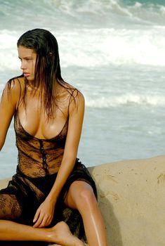 Засвет груди Адрианы Лимы на сьемках для календаря Pirelli, 2004