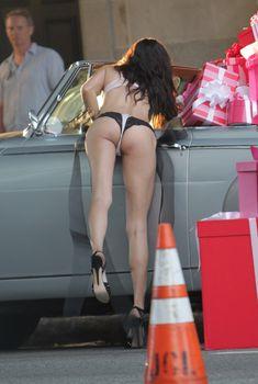 Упругая попка Адрианы Лимы в стрингах на съемках для Victoria's Secret, 08.08.2014
