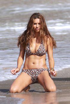 Красотка Адриана Лима позирует в леопардовом купальнике, 2010