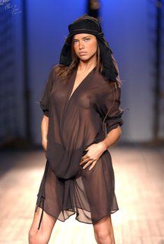 Сексуальная Адриана Лима в прозрачном платье на подиуме, 2003