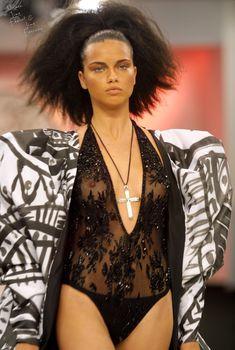 Засвет Адрианы Лимы на подиуме для Fashion Rio, 2002