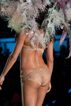 Сочная попка Адрианы Лимы на показе Victoria's Secret, 2010