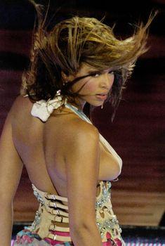 Сиська Бейонсе на концерте, 2006