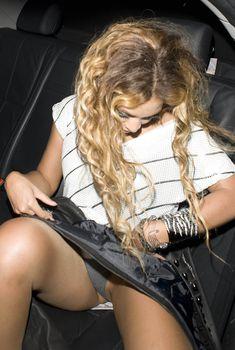 Бейонсе засветила трусики в машине, 2009