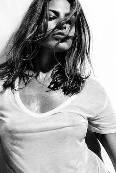 Ева Мендес без бюстгальтера в футболке для Allure, 2009