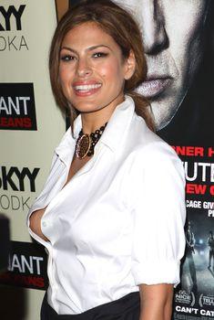 Голый засвет груди Евы Мендес на премьере фильма «Плохой лейтенант», 2009
