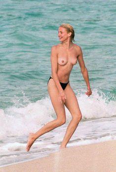 Голая грудь Камерон Диаз на пляже Сен-Барте, 1998