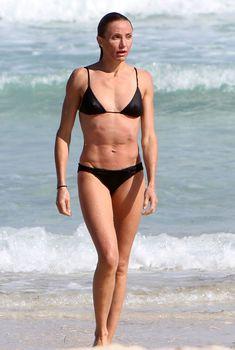 Подтянутое тело Камерон Диаз в черном бикини в Майями, 02.07.2011