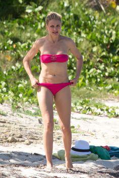 Горячая Камерон Диаз в розовом бикини на Карибах, 2014