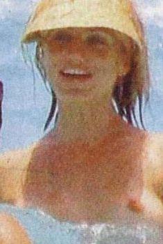 Камерон Диаз показала голую грудь на пляже, 2006