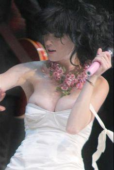 У Кэти Перри сползло платье на сцене, 2008