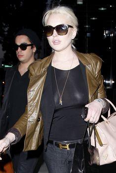 Бесстыжая Линдси Лохан без лифчика на улице в Беверли Хиллс, 21.01.2012