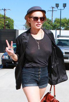 У Линдси Лохан видно соски через майку в Западном Голливуде, 15.09.2010