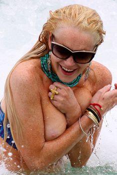 Большая сиська Линдси Лохан выпала из купальника в Майами, 2011
